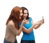 Dois adolescentes sorridentes com smartphone — Fotografia Stock
