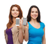 显示空白的智能手机屏幕的学生 — 图库照片