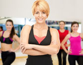 Group of smiling women exercising in the gym — Stock fotografie