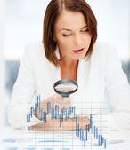 Mulher de negócios trabalhando com gráficos no escritório — Foto Stock