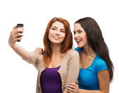 Deux adolescents souriants avec smartphone — Photo