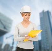 Empreiteiro feminino no capacete com blueprint — Foto Stock