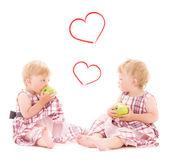 Två bedårande tvillingar över vita — Stockfoto