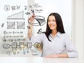 Lachende vrouw tekening plan op virtuele scherm — Stockfoto