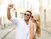 Podróży para biorąc obraz z kamery — Zdjęcie stockowe