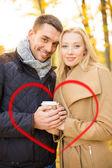 Coppia romantica nel parco d'autunno — Foto Stock