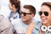 Skupina teenagerů visí ven — Stock fotografie