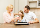 Happy family making cookies at home — Stockfoto