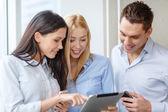 Equipe de negócios, trabalhando com tablet pcs no escritório — Fotografia Stock