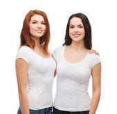 Deux filles qui rieurs en t-shirts blancs étreindre — Photo