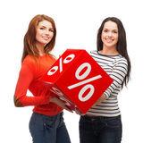 Dos adolescente sonriente con signo de porcentaje en la caja — Foto de Stock