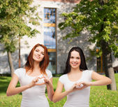 Two smiling girls showing heart with hands — Φωτογραφία Αρχείου