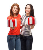 Two smiling teenage girls with presents — Stock Photo