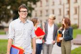 Tonårspojke med klasskamrater på baksidan — Stockfoto