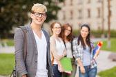 Dospívající chlapec se spolužáky na zadní straně — Stock fotografie