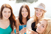 Uśmiechnięte dziewczyny z kieliszki do szampana — Zdjęcie stockowe
