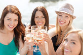 Smiling girls with champagne glasses — Stock fotografie