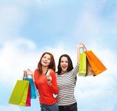 Tienermeisjes met shopping tassen en credit card — Stockfoto