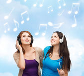 Two smiling teenagers with headphones — Stock Photo
