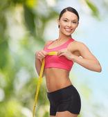 Спортивный женщина измерения ее груди — Стоковое фото