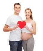 Felice giovane famiglia bambino aspettano con grande cuore — Foto Stock