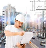 男性建筑师看蓝图 — 图库照片