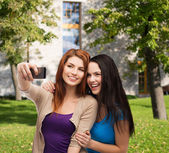 Two smiling teenagers with smartphone — Stock Photo