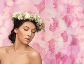 Beautiful woman wearing wreath of flowers — Stock fotografie