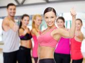 Persoonlijke trainer met groep in gym — Stockfoto