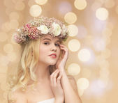 Woman wearing wreath of flowers — Foto Stock