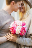 Couple with flowers in the city — Stockfoto