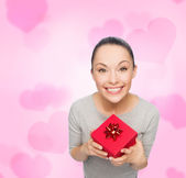 Smiling asian woman with red gift box — Photo