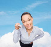 Smiling businesswoman with house keys — Stock Photo