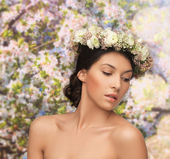 Woman wearing wreath of flowers — Stockfoto