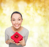 Smiling asian woman with red gift box — Stock fotografie