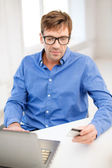 Człowiek z laptopa i karty kredytowej w domu — Zdjęcie stockowe