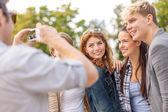 подростков принимать цифровой фотоаппарат за пределами — Стоковое фото