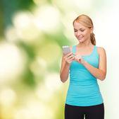 Mujer deportiva con smartphone — Foto de Stock
