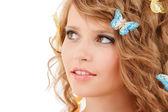 Menina adolescente feliz com borboletas no cabelo — Fotografia Stock