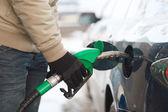 Närbild på manliga påfyllning bil bränsletank — Stockfoto