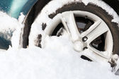 Closeup von felgen im schnee stecken — Stockfoto