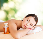 Happy woman in spa salon — Stockfoto