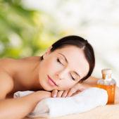 Mujer feliz en el salón de spa — Foto de Stock