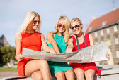 Beautiful blonde women with map in the city — Foto de Stock
