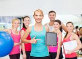 Mujer deportiva con tablet pc pantalla en blanco — Foto de Stock