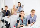 学生显示黑色空白智能手机屏幕 — 图库照片