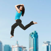 Sporty woman jumping in sportswear — 图库照片