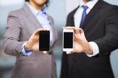 Biznesmen i interesu ze smartfonów — Zdjęcie stockowe