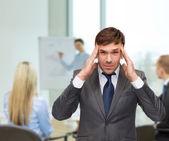 Ha sottolineato buisnessman o insegnante avendo mal di testa — Foto Stock