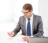Homme d'affaires travaillant avec ordinateur portable et le smartphone — Photo